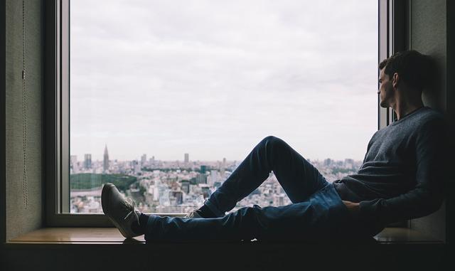 muž při pohledu z okna