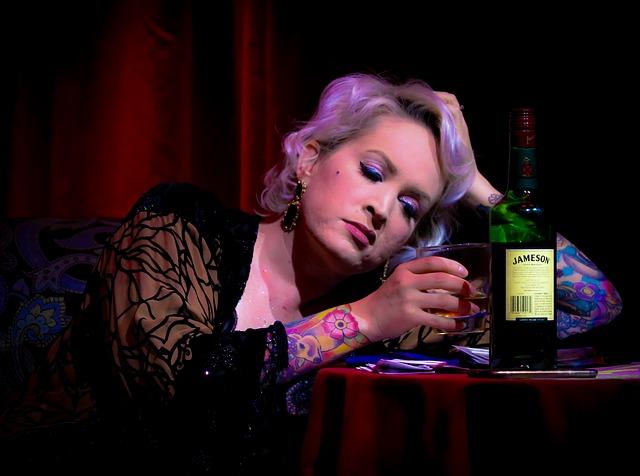 žena s whisky