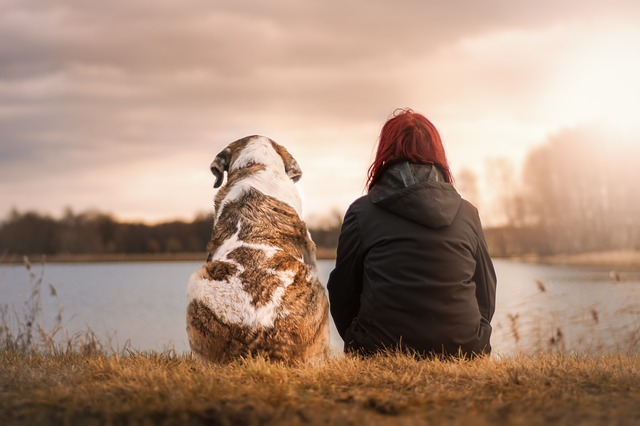 dívka se psem u vody.jpg