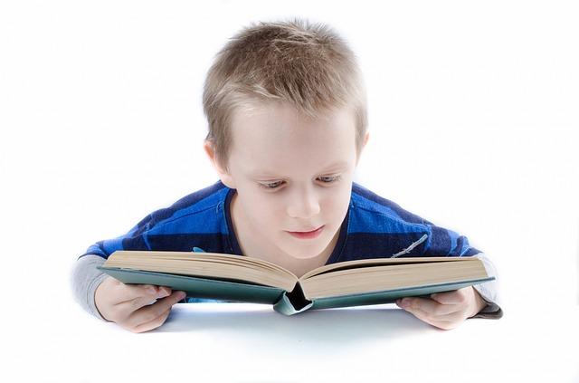 kluk nad knihou