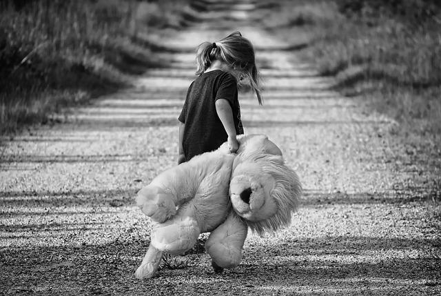 holčička s velkým plyšákem